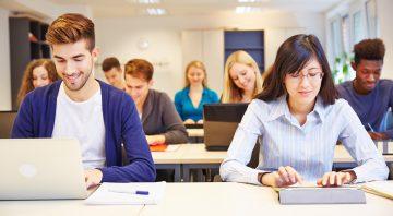Computerkurs an der Universität mit vielen Studenten am Computer